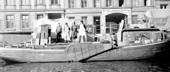 Hans Lührs mit eigenen Kahn am Schiffbauerdamm in Berli